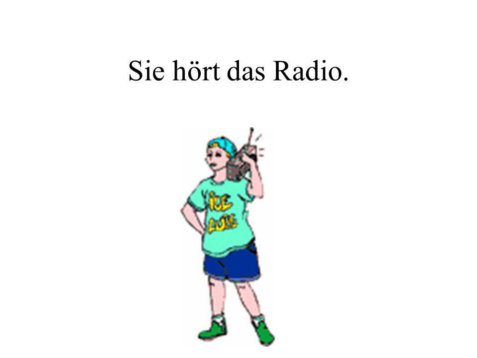 Sie hört das Radio.