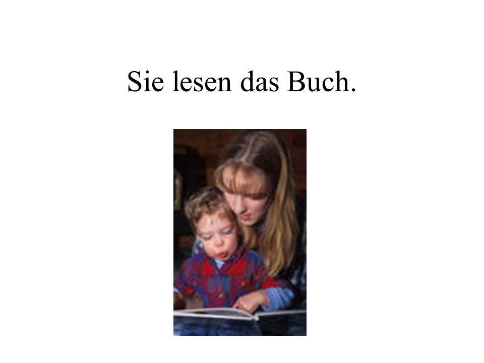 Sie lesen das Buch.