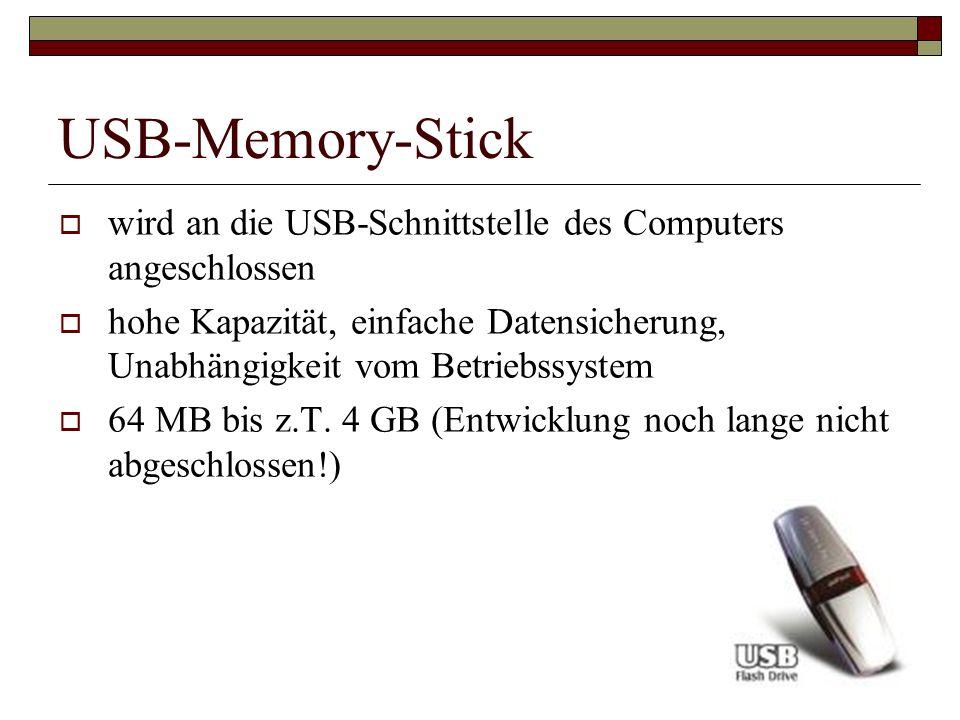 USB-Memory-Stick wird an die USB-Schnittstelle des Computers angeschlossen hohe Kapazität, einfache Datensicherung, Unabhängigkeit vom Betriebssystem
