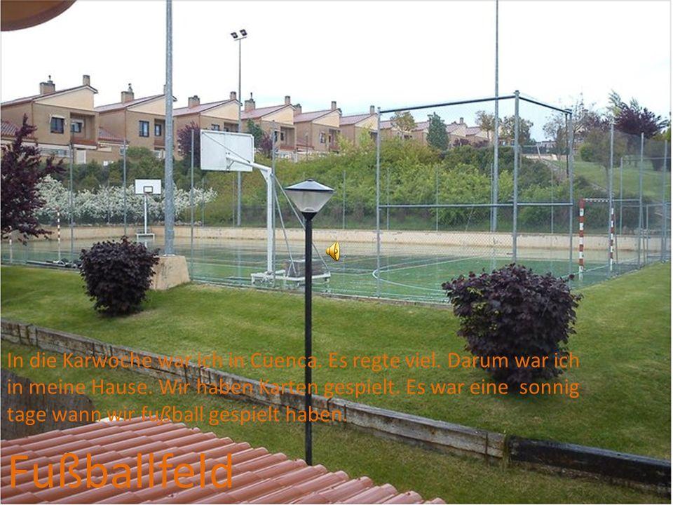 Fußballfeld In die Karwoche war ich in Cuenca.Es regte viel.