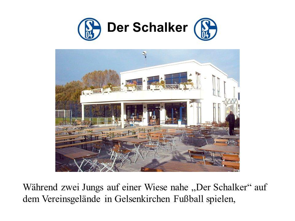 Während zwei Jungs auf einer Wiese nahe Der Schalker auf dem Vereinsgelände in Gelsenkirchen Fußball spielen, Der Schalker