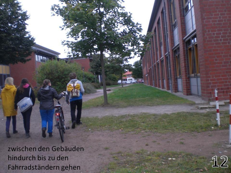 Zwischen den Gebäuden durch gehen. Geradeaus bis zum fahrradständer. Links über die straße gehen zur mensa zwischen den Gebäuden hindurch bis zu den F