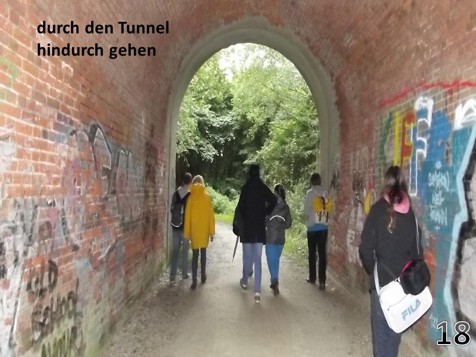 durch den Tunnel hindurch gehen