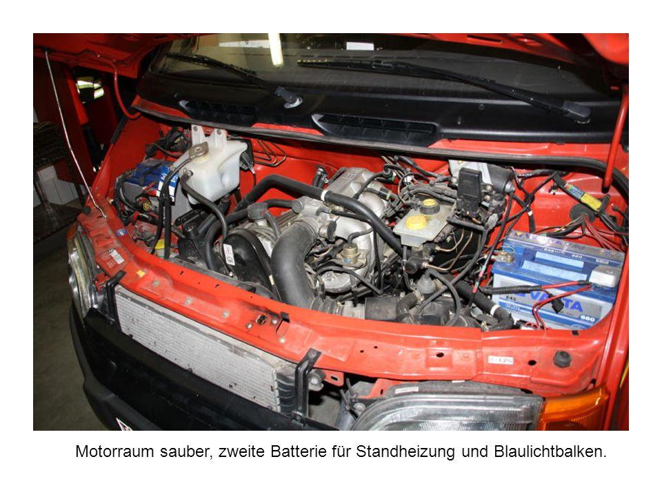 Motorraum sauber, zweite Batterie für Standheizung und Blaulichtbalken.