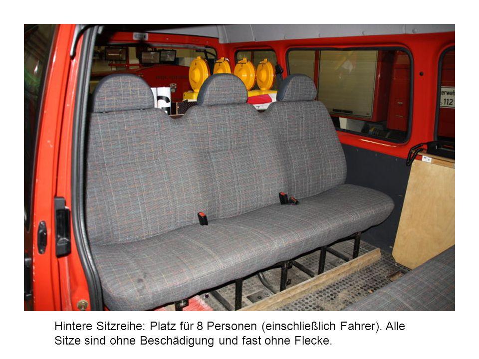 Hintere Sitzreihe: Platz für 8 Personen (einschließlich Fahrer). Alle Sitze sind ohne Beschädigung und fast ohne Flecke.