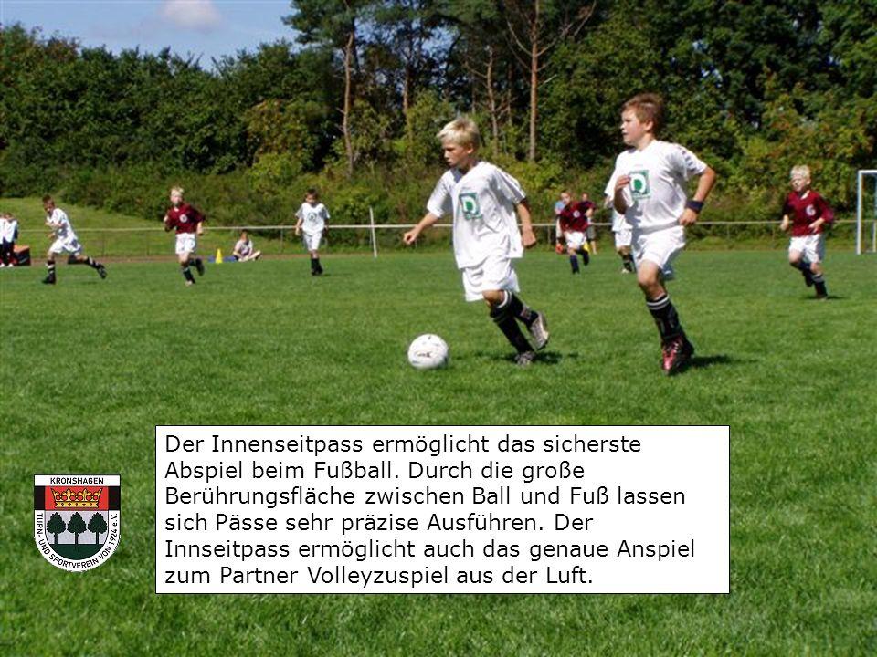 Der Innenseitpass ermöglicht das sicherste Abspiel beim Fußball.