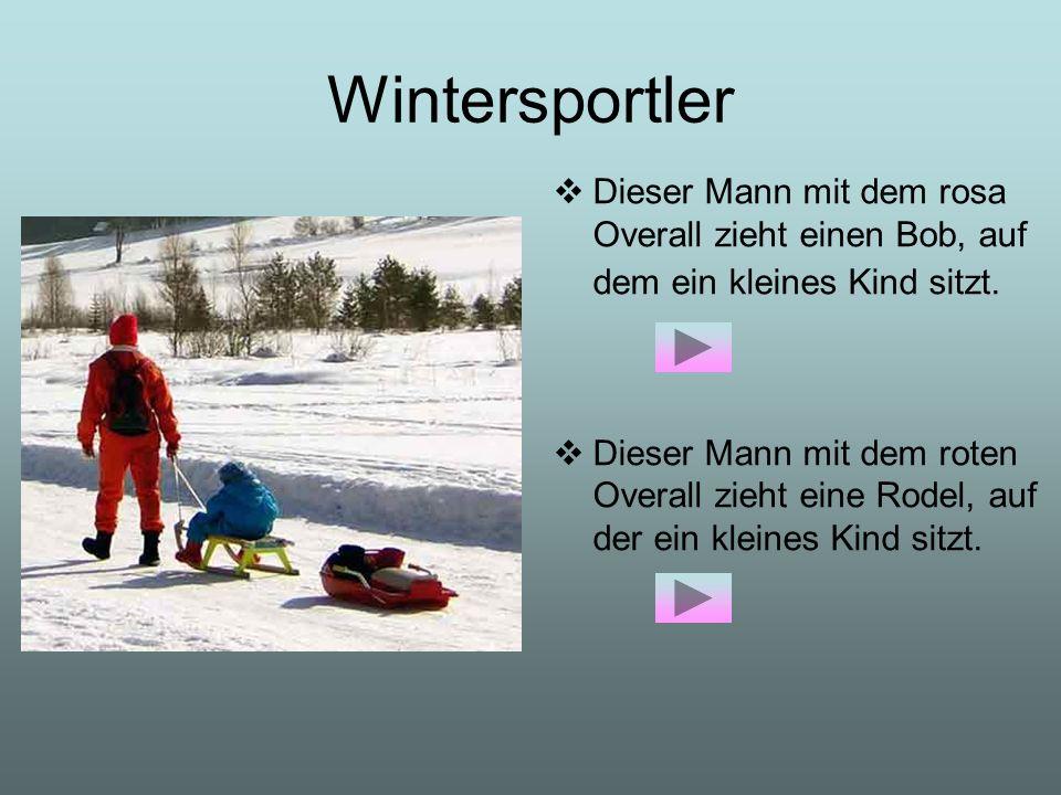 Wintersportler Dieser Mann mit dem rosa Overall zieht einen Bob, auf dem ein kleines Kind sitzt. Dieser Mann mit dem roten Overall zieht eine Rodel, a