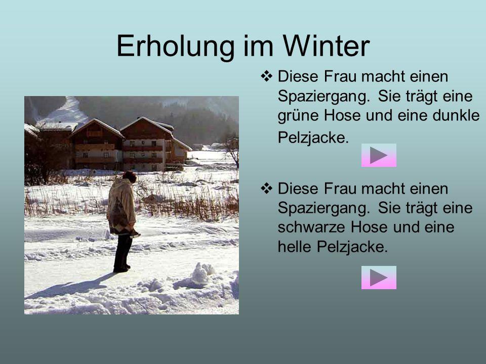 Erholung im Winter Diese Frau macht einen Spaziergang. Sie trägt eine grüne Hose und eine dunkle Pelzjacke. Diese Frau macht einen Spaziergang. Sie tr