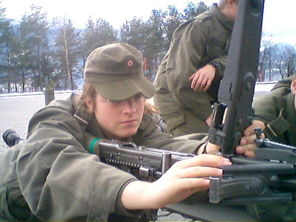 KATHRIN WEISSENBÖCK ÜBERPRÜFT DIE SICHERHEIT AN EINEM MG74.