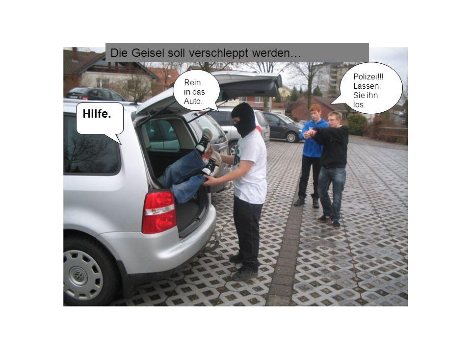 Rein in das Auto. Hilfe. Polizei!!! Lassen Sie ihn los. Die Geisel soll verschleppt werden…