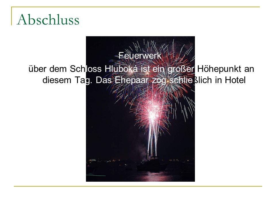 Abschluss Feuerwerk über dem Schloss Hluboká ist ein großer Höhepunkt an diesem Tag. Das Ehepaar zog schließlich in Hotel.