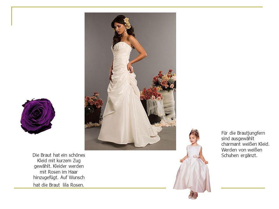 Für die Brautjungfern sind ausgewählt charmant weißen Kleid. Werden von weißen Schuhen ergänzt. Die Braut hat ein schönes Kleid mit kurzem Zug gewählt