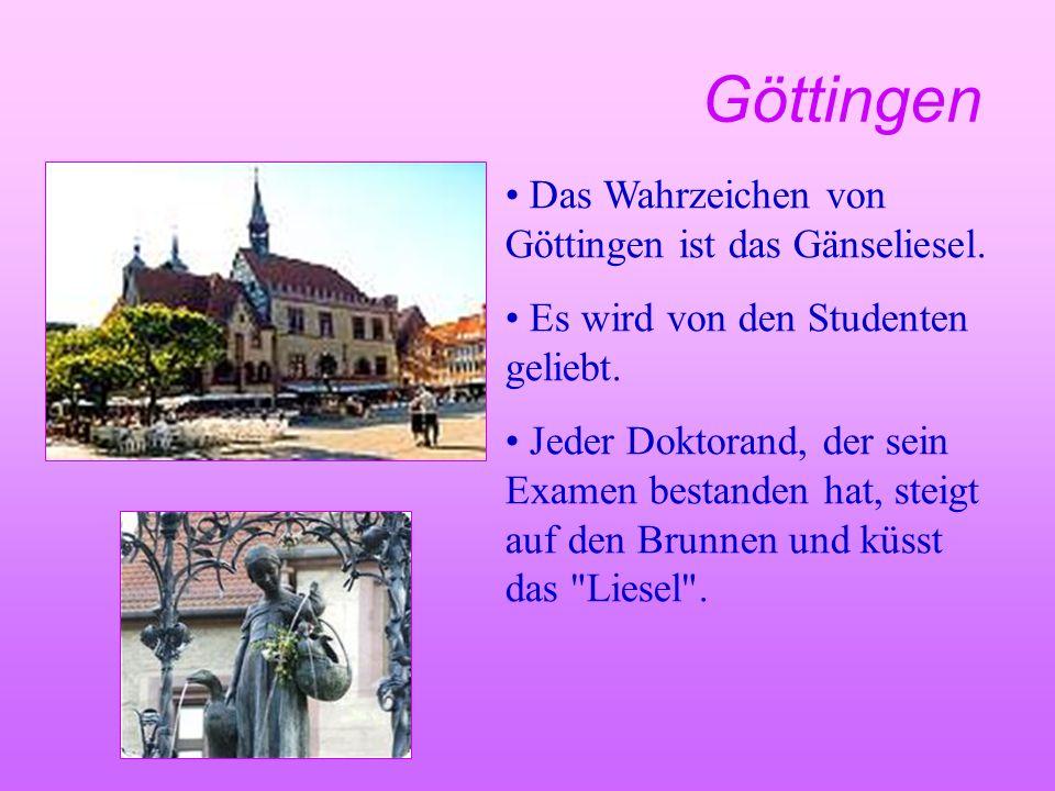 Göttingen Das Wahrzeichen von Göttingen ist das Gänseliesel. Es wird von den Studenten geliebt. Jeder Doktorand, der sein Examen bestanden hat, steigt