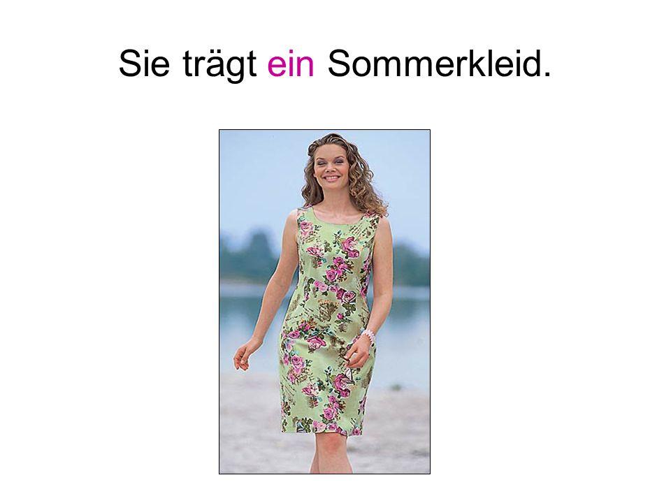 Sie trägt ein Sommerkleid.