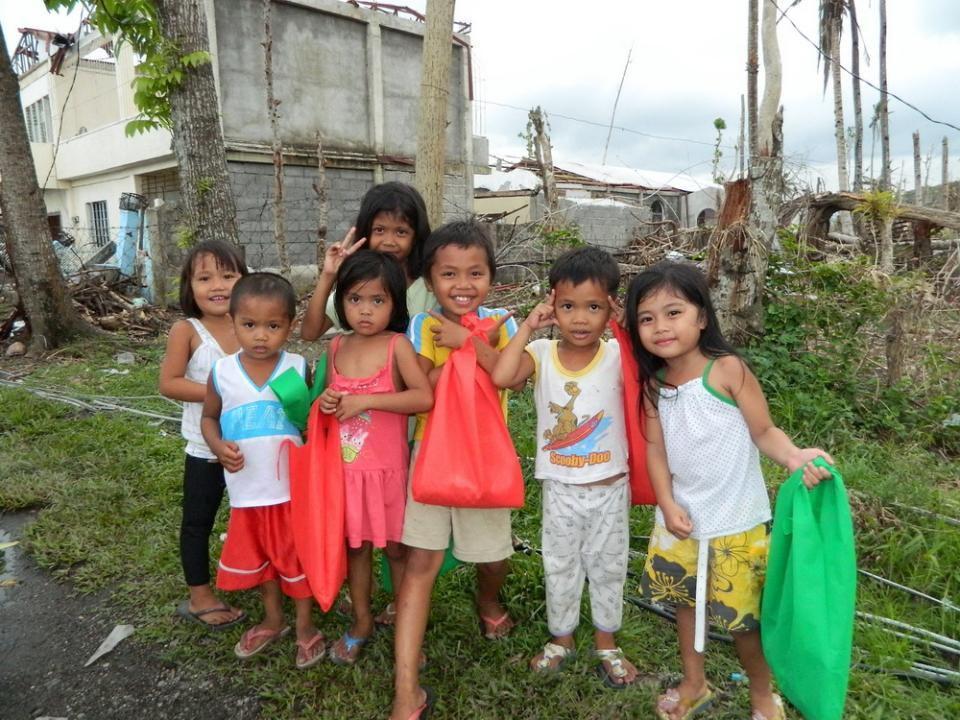Wir haben auch Teams, die nach Leyte und andere speziell vom Taifun schwerbetroffene Regionen gehen und Nahrungmittelspenden, Kleider, Medikamente und Ermutigung bringen.