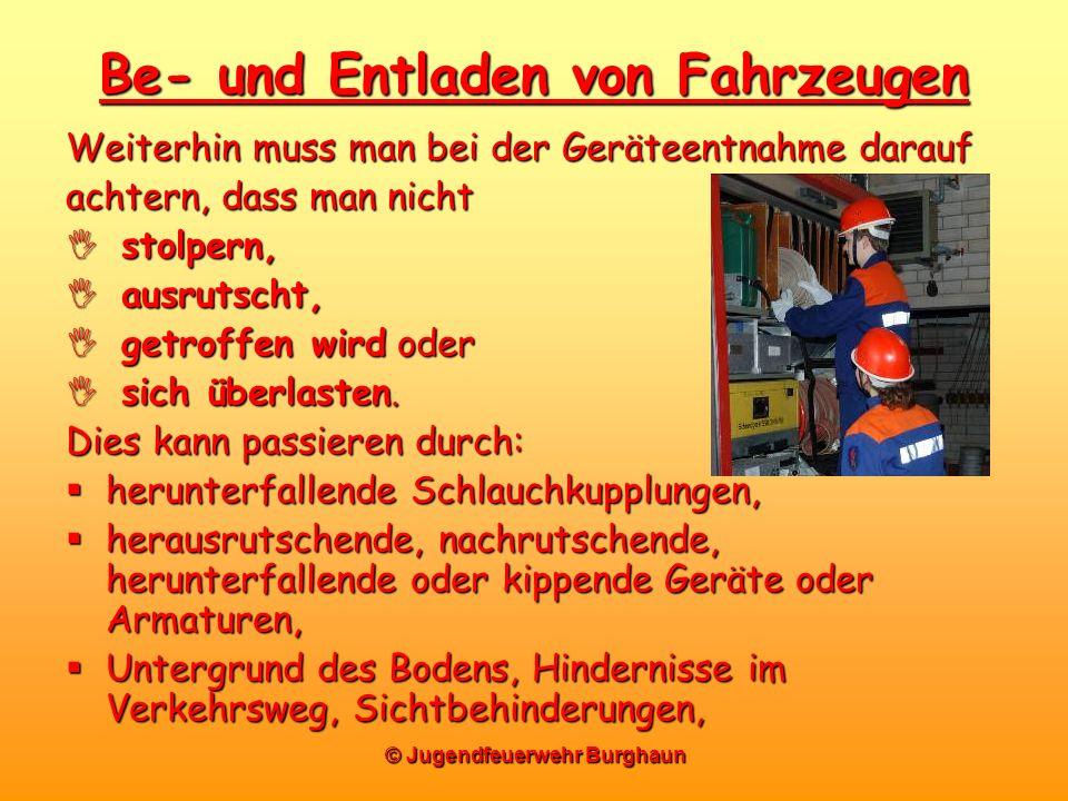 © Jugendfeuerwehr Burghaun Be- und Entladen von Fahrzeugen Weiterhin muss man bei der Geräteentnahme darauf achtern, dass man nicht stolpern, stolpern