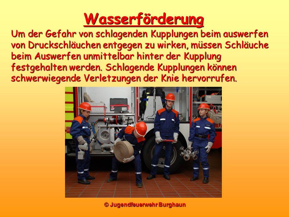 © Jugendfeuerwehr Burghaun Wasserförderung Um der Gefahr von schlagenden Kupplungen beim auswerfen von Druckschläuchen entgegen zu wirken, müssen Schl