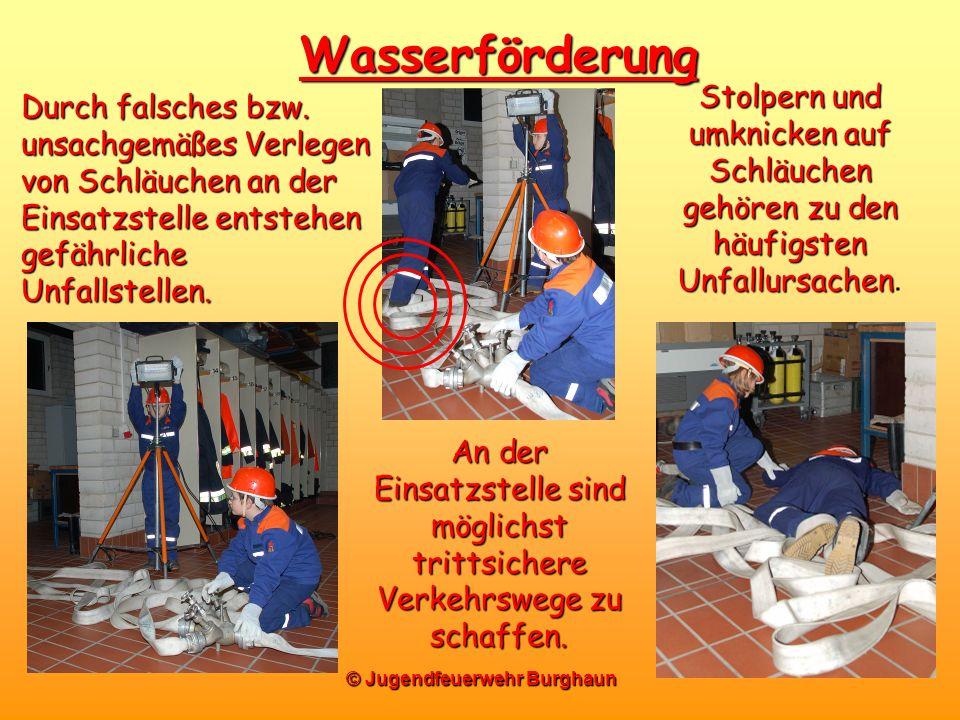 © Jugendfeuerwehr Burghaun Wasserförderung Durch falsches bzw. unsachgemäßes Verlegen von Schläuchen an der Einsatzstelle entstehen gefährliche Unfall