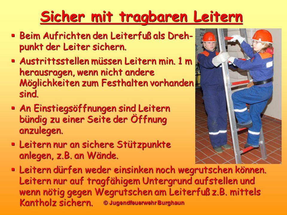 © Jugendfeuerwehr Burghaun Sicher mit tragbaren Leitern Beim Aufrichten den Leiterfuß als Dreh- punkt der Leiter sichern. Beim Aufrichten den Leiterfu