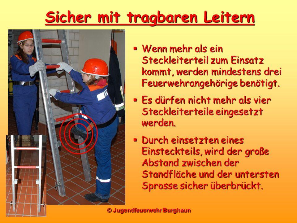© Jugendfeuerwehr Burghaun Sicher mit tragbaren Leitern Wenn mehr als ein Steckleiterteil zum Einsatz kommt, werden mindestens drei Feuerwehrangehörig