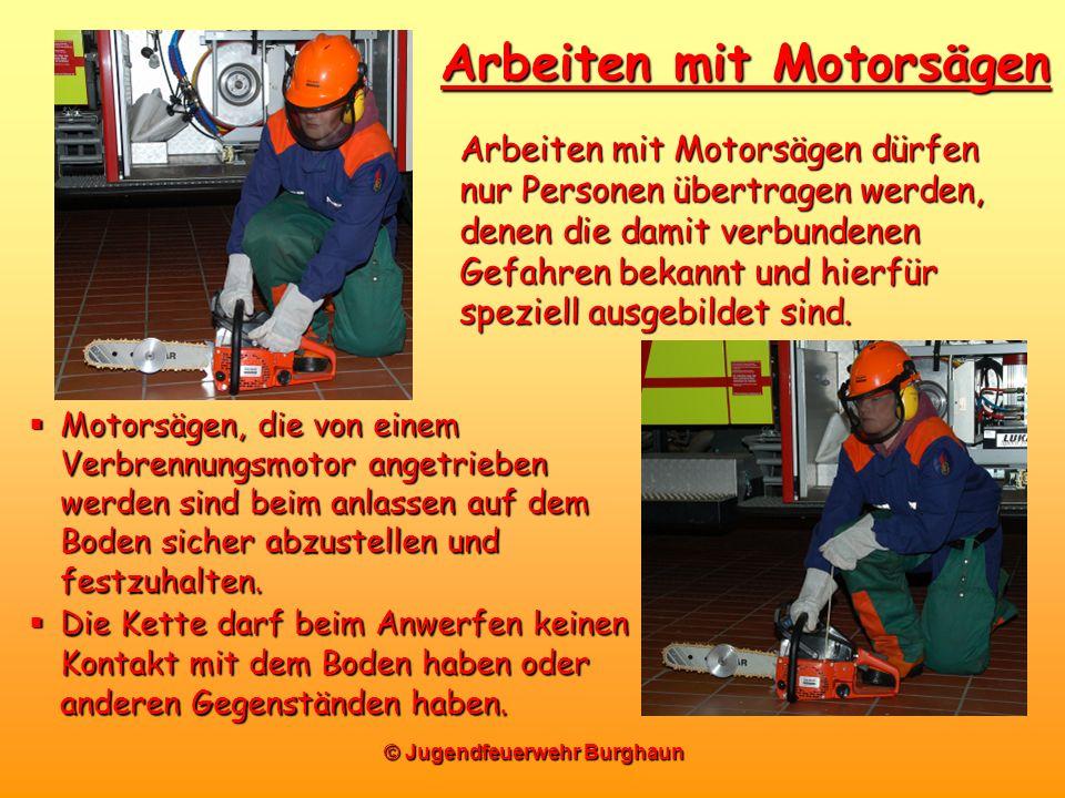 © Jugendfeuerwehr Burghaun Arbeiten mit Motorsägen Motorsägen, die von einem Verbrennungsmotor angetrieben werden sind beim anlassen auf dem Boden sic