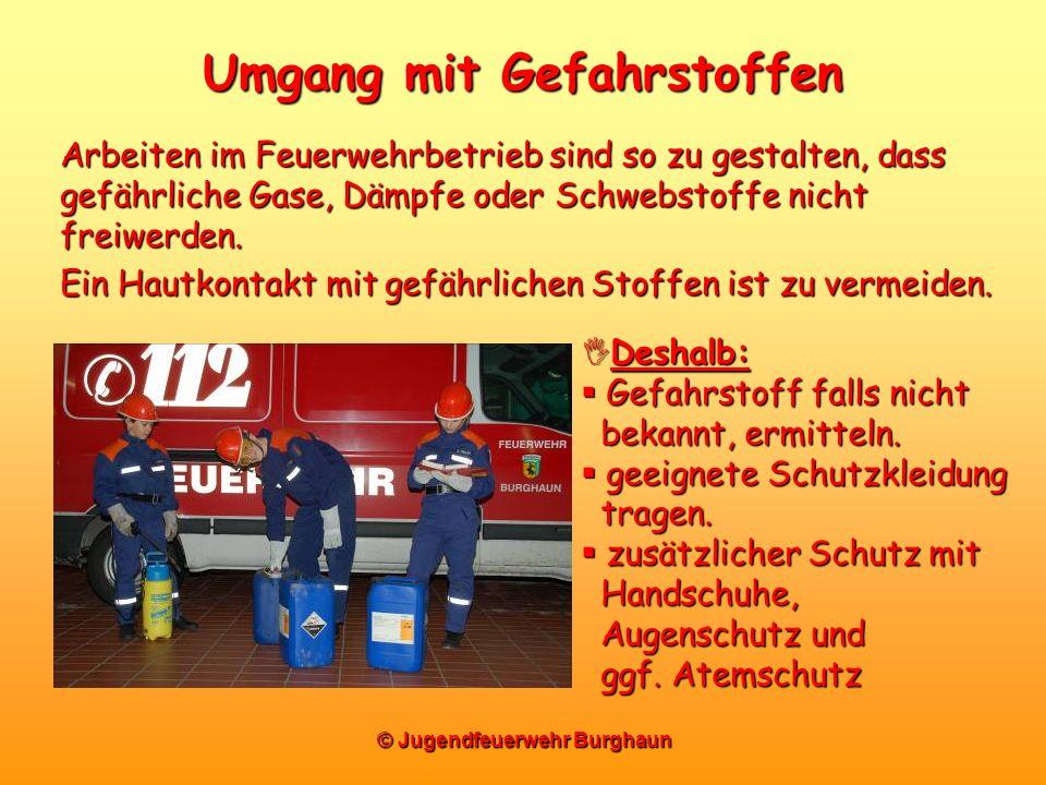 © Jugendfeuerwehr Burghaun Umgang mit Gefahrstoffen Arbeiten im Feuerwehrbetrieb sind so zu gestalten, dass gefährliche Gase, Dämpfe oder Schwebstoffe