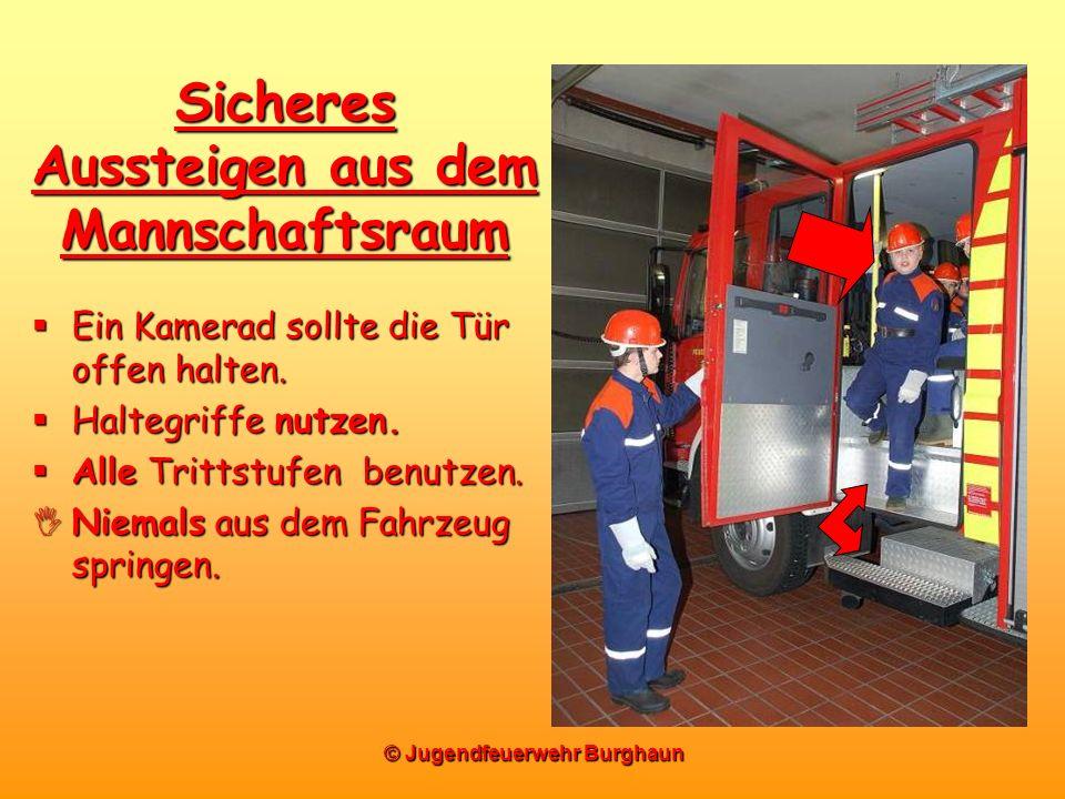 © Jugendfeuerwehr Burghaun Sicheres Aussteigen aus dem Mannschaftsraum Ein Kamerad sollte die Tür offen halten. Ein Kamerad sollte die Tür offen halte