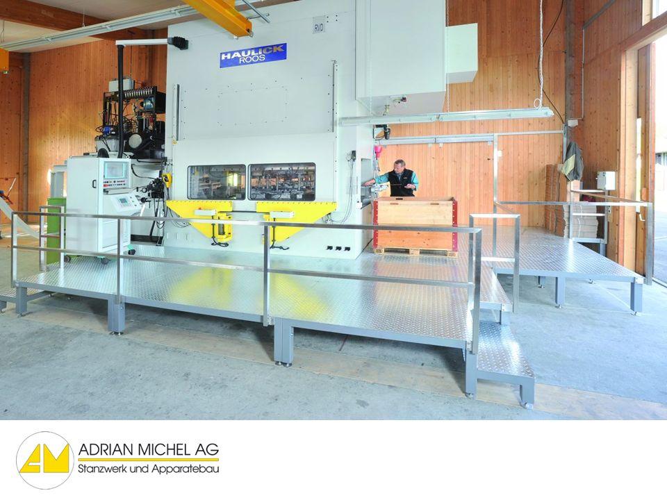 Ankunft bei der neuen Fabrikationshalle der Adrian Michel AG, der Stanzautomat hat die erste Etappe seiner Reise geschafft.