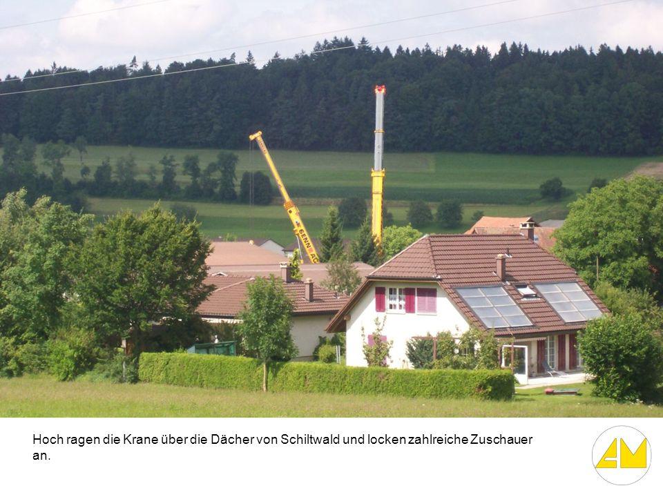 Hoch ragen die Krane über die Dächer von Schiltwald und locken zahlreiche Zuschauer an.