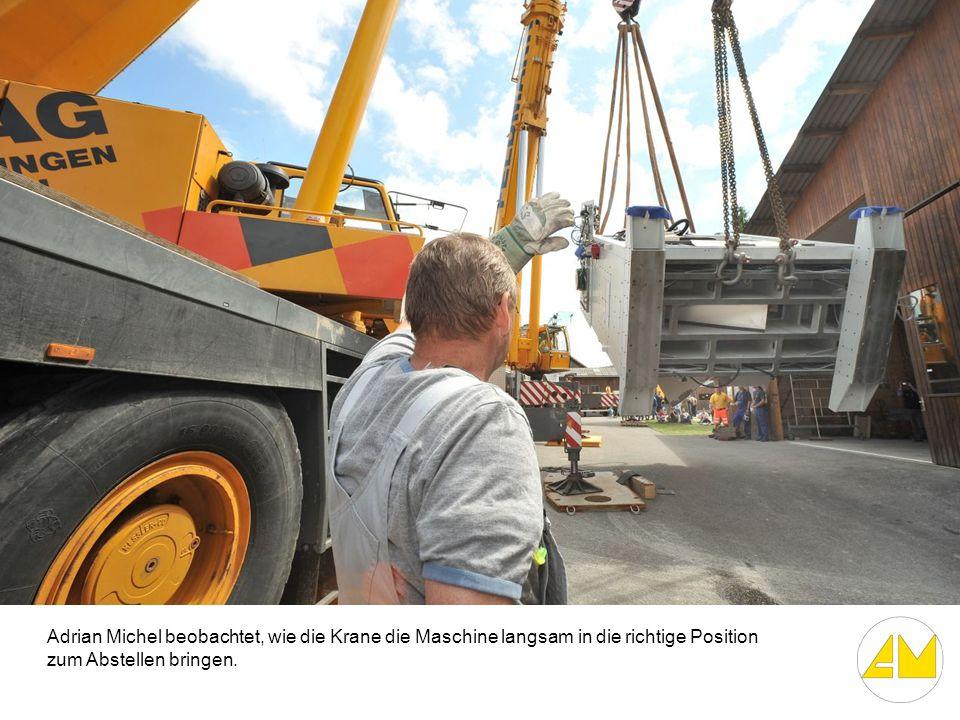 Adrian Michel beobachtet, wie die Krane die Maschine langsam in die richtige Position zum Abstellen bringen.
