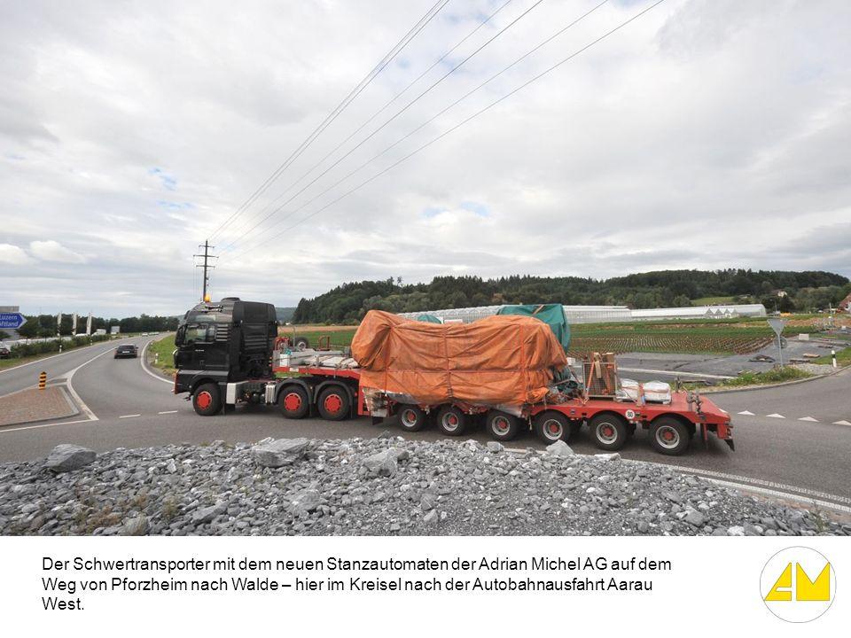Der Schwertransporter mit dem neuen Stanzautomaten der Adrian Michel AG auf dem Weg von Pforzheim nach Walde – hier im Kreisel nach der Autobahnausfah