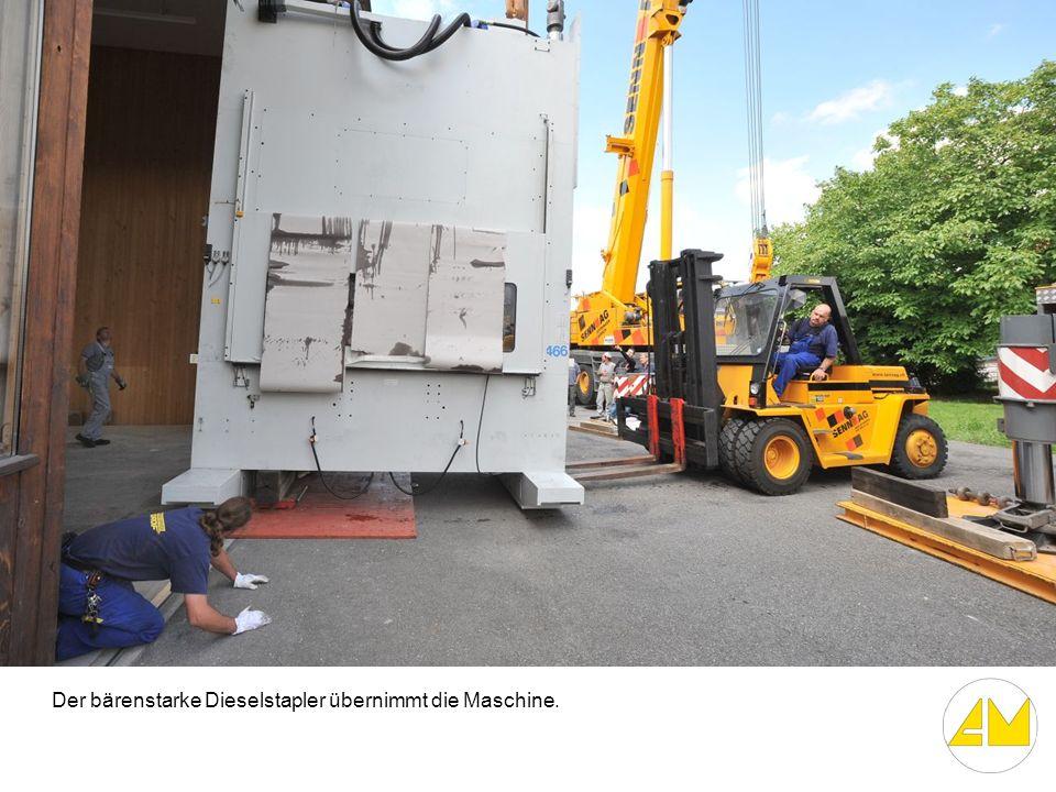 Der bärenstarke Dieselstapler übernimmt die Maschine.