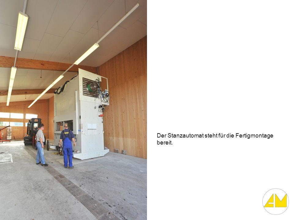 Der Stanzautomat steht für die Fertigmontage bereit.