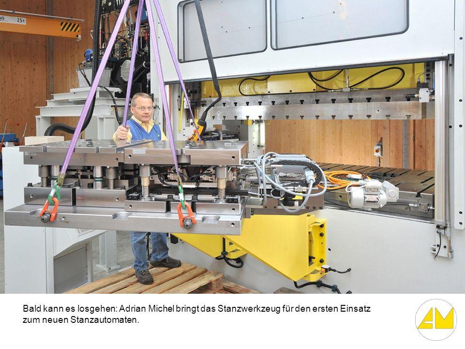 Bald kann es losgehen: Adrian Michel bringt das Stanzwerkzeug für den ersten Einsatz zum neuen Stanzautomaten.