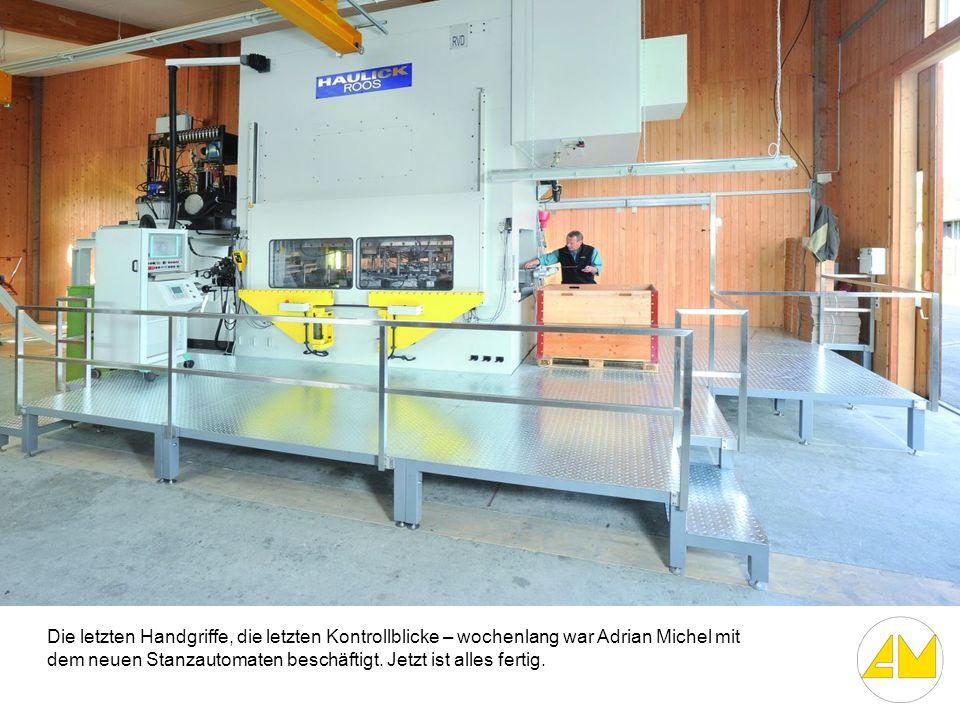 Die letzten Handgriffe, die letzten Kontrollblicke – wochenlang war Adrian Michel mit dem neuen Stanzautomaten beschäftigt. Jetzt ist alles fertig.