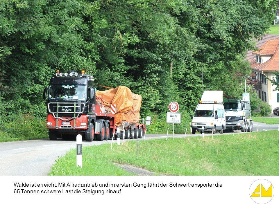 Walde ist erreicht: Mit Allradantrieb und im ersten Gang fährt der Schwertransporter die 65 Tonnen schwere Last die Steigung hinauf.