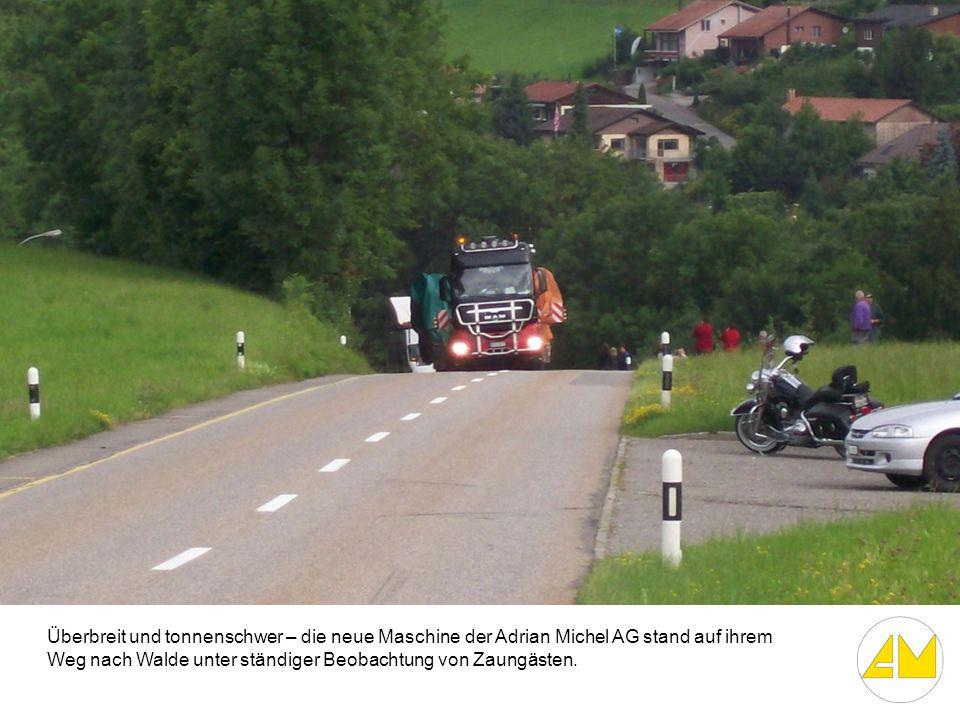 Überbreit und tonnenschwer – die neue Maschine der Adrian Michel AG stand auf ihrem Weg nach Walde unter ständiger Beobachtung von Zaungästen.