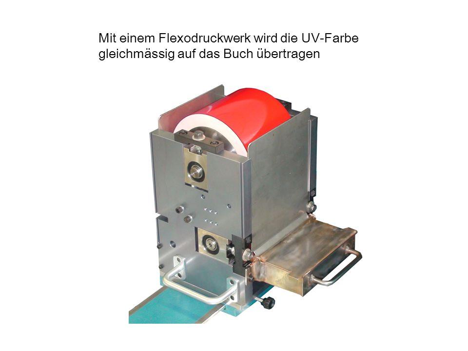 Mit einem Flexodruckwerk wird die UV-Farbe gleichmässig auf das Buch übertragen