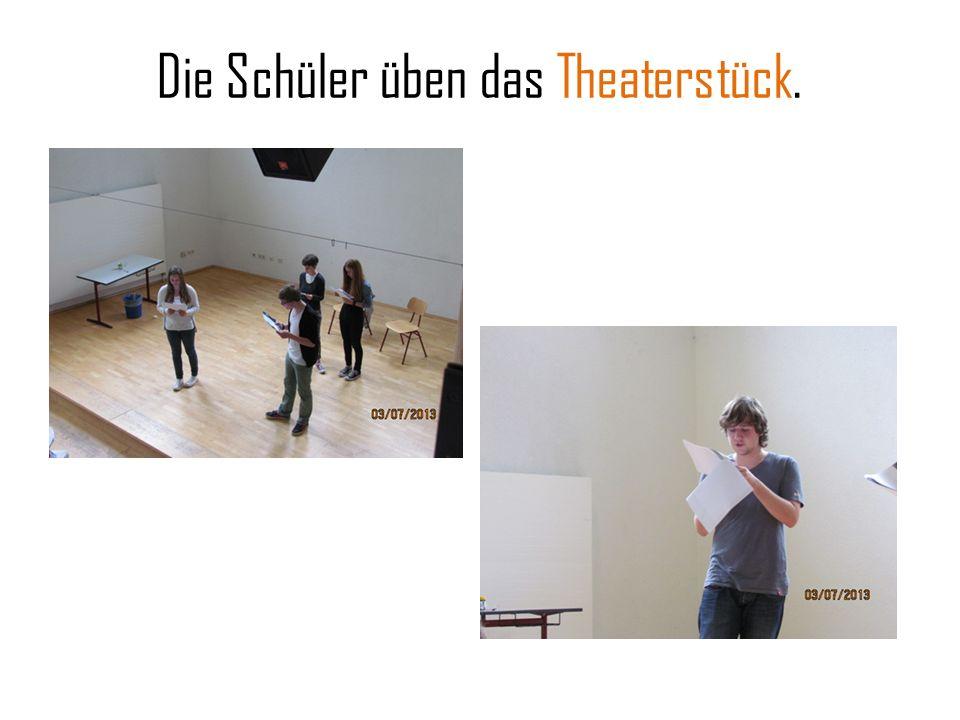 Die Schüler üben das Theaterstück.