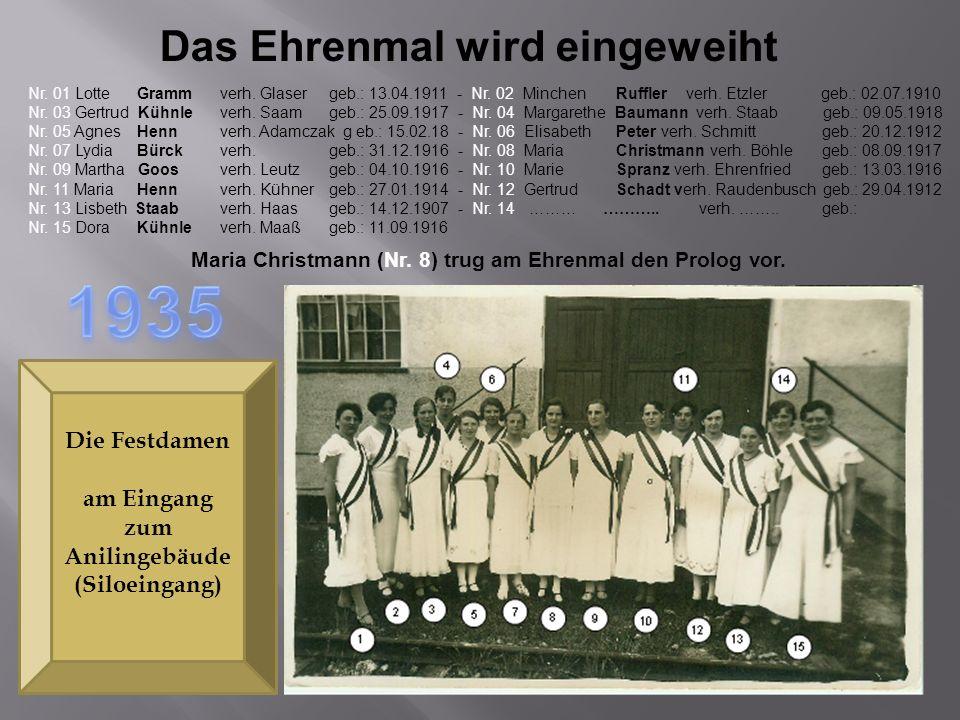 Das Ehrenmal wird eingeweiht Die Festdamen am Eingang zum Anilingebäude (Siloeingang) Nr. 01 Lotte Grammverh. Glaser geb.: 13.04.1911 - Nr. 02 Minchen