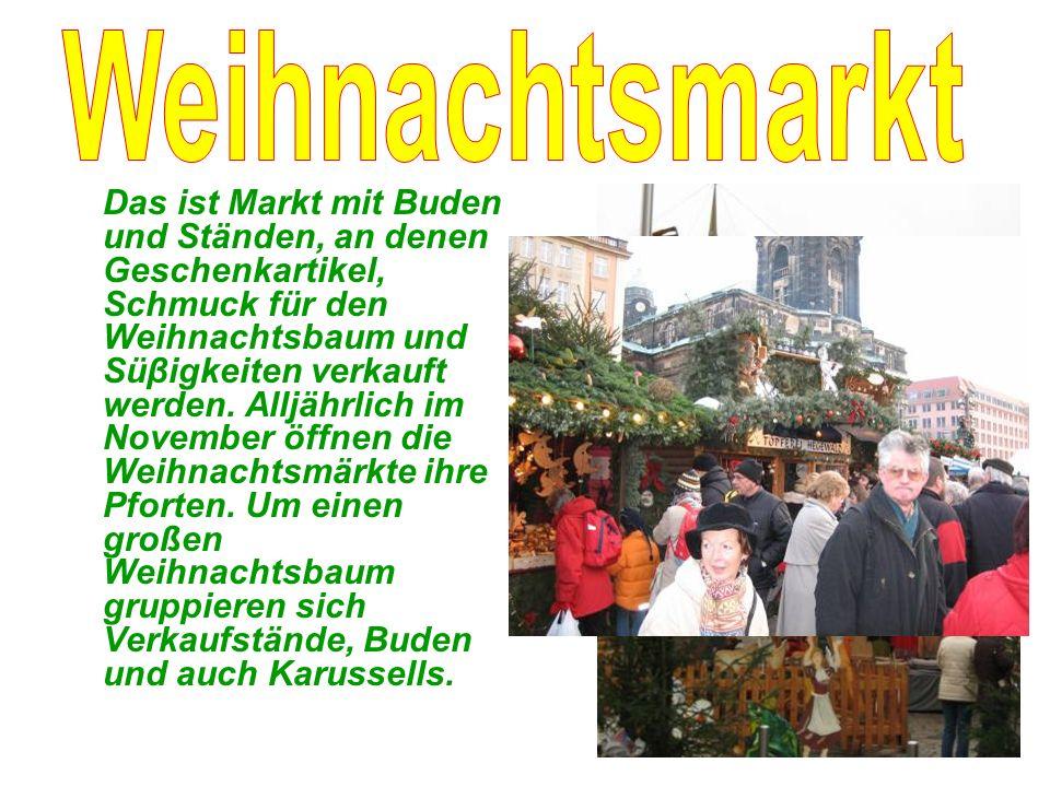 Das ist Markt mit Buden und Ständen, an denen Geschenkartikel, Schmuck für den Weihnachtsbaum und Süβigkeiten verkauft werden.