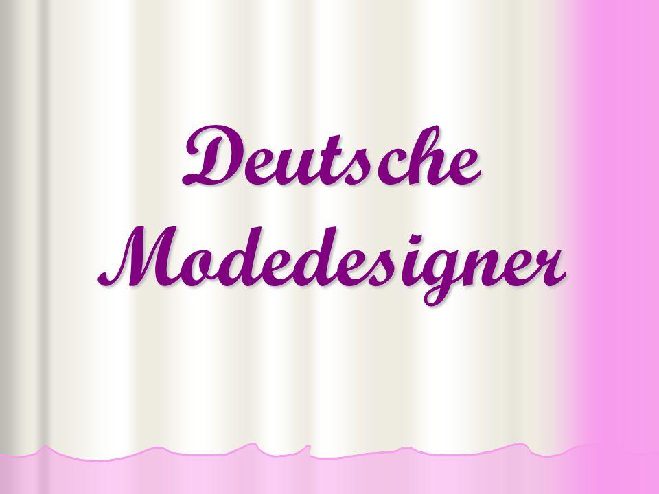 Julia Stegner Heute trägt sie: einen langen Pelz eine rosafarbige Bluse einen rosafarbigen Gürtel einen weißen Rock eine schwarze Handtasche schwarze