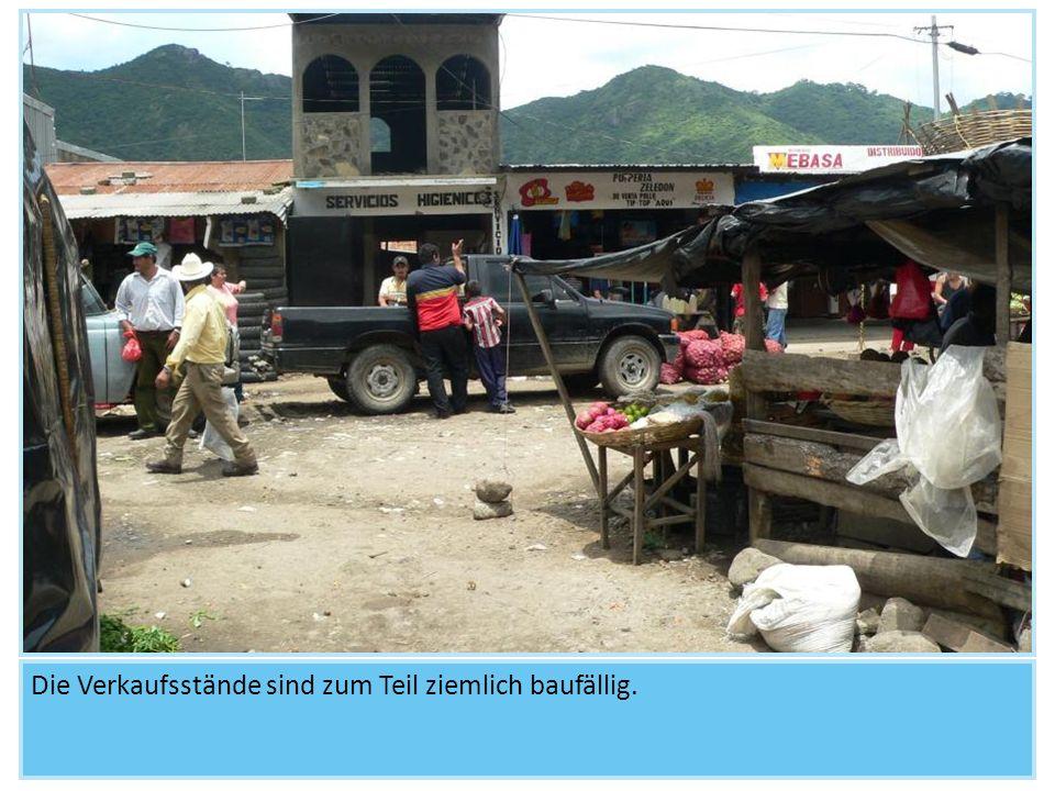 Die Mitarbeiter gehen über den Markt und halten Ausschau nach arbeitenden Kindern oder Straßenkindern.