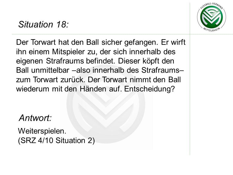 Der Torwart hat den Ball sicher gefangen.