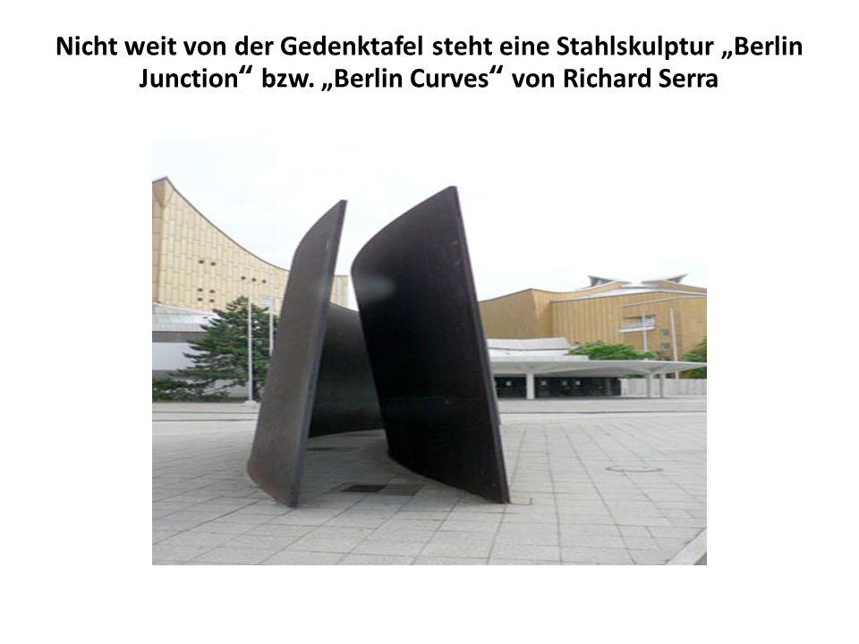 Nicht weit von der Gedenktafel steht eine Stahlskulptur Berlin Junction bzw. Berlin Curves von Richard Serra