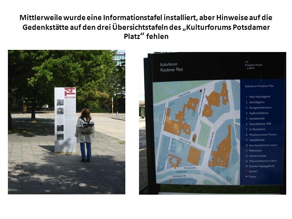 Mittlerweile wurde eine Informationstafel installiert, aber Hinweise auf die Gedenkstätte auf den drei Übersichtstafeln des Kulturforums Potsdamer Pla