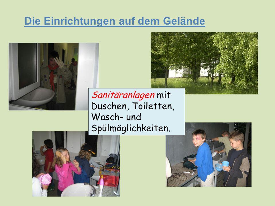 Die Einrichtungen auf dem Gelände Sanitäranlagen mit Duschen, Toiletten, Wasch- und Spülmöglichkeiten.
