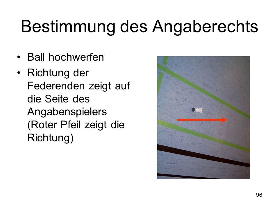 96 Bestimmung des Angaberechts Ball hochwerfen Richtung der Federenden zeigt auf die Seite des Angabenspielers (Roter Pfeil zeigt die Richtung)