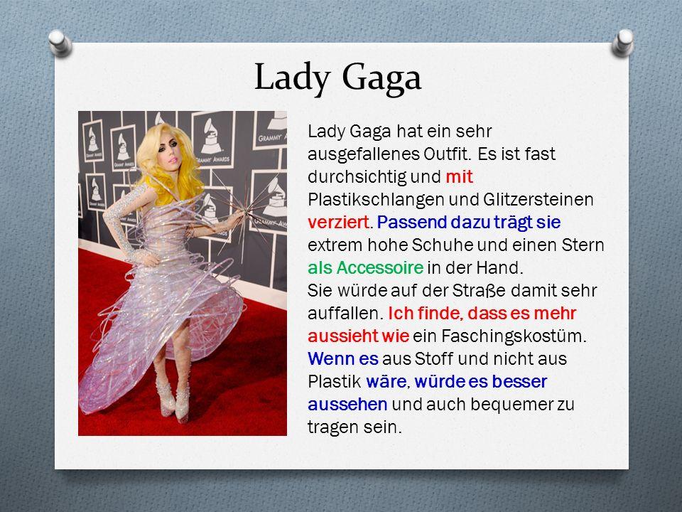 Lady Gaga Lady Gaga hat ein sehr ausgefallenes Outfit. Es ist fast durchsichtig und mit Plastikschlangen und Glitzersteinen verziert. Passend dazu trä