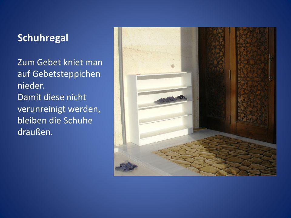 Schuhregal Zum Gebet kniet man auf Gebetsteppichen nieder. Damit diese nicht verunreinigt werden, bleiben die Schuhe draußen.